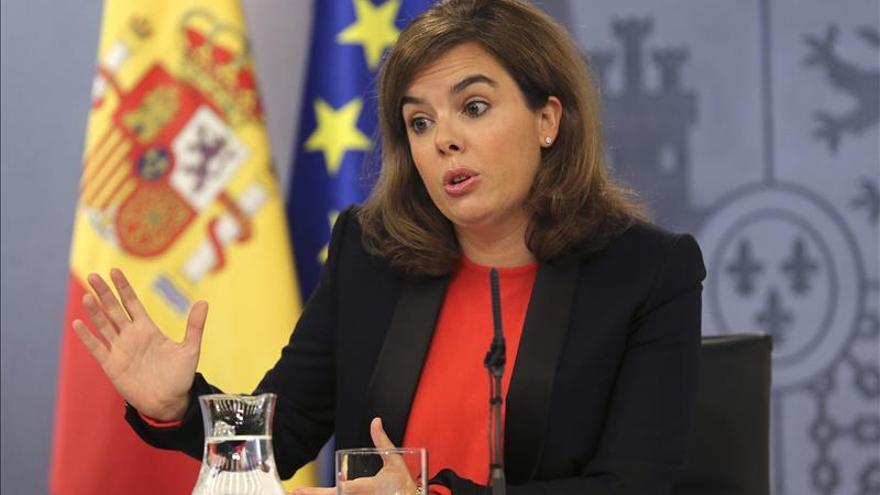 """Sáenz de Santamaría pide """"respeto"""" a un premio que """"no otorga un partido"""""""