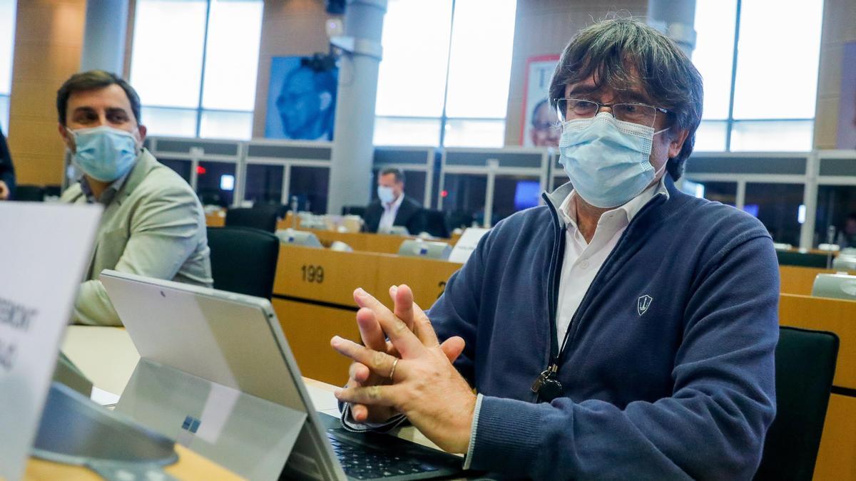 Carles Puigdemont en su escaño del Parlamento Europeo después de su detención y liberación en Cerdeña.