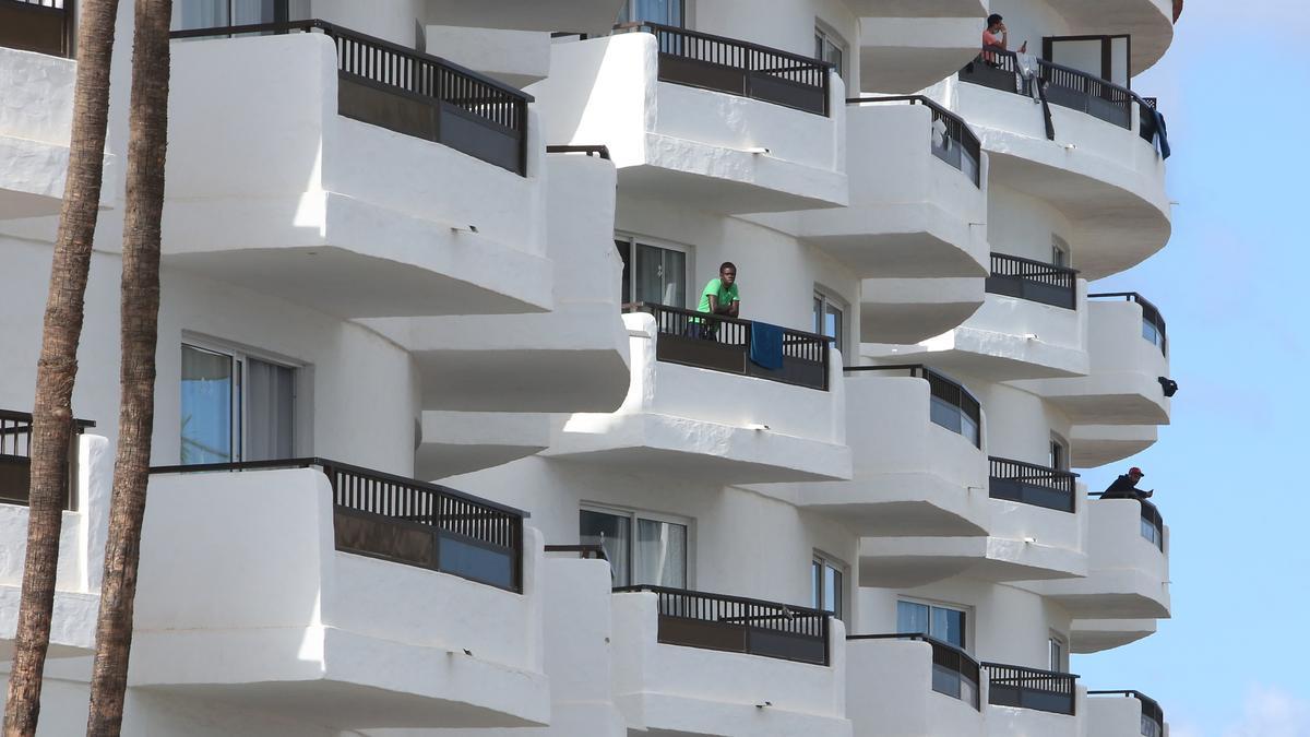 Imagen de archivo de migrantes en un complejo turístico en el sur de Gran Canaria. (ALEJANDRO RAMOS)