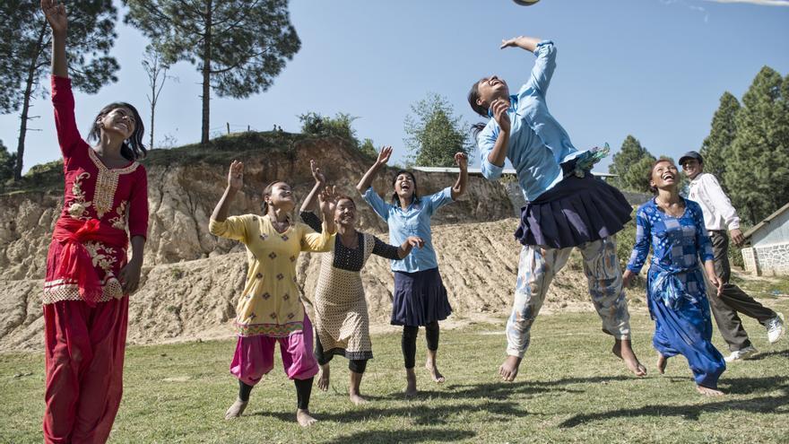 Un grupo de niñas de Lakshminagar ha decidido desafiar al machismo imperante jugando al voleibol.