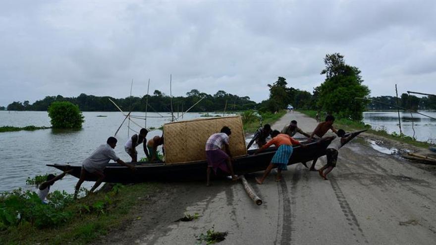 Más de 90 muertos y 50 millones de afectados por inundaciones en el oeste indio
