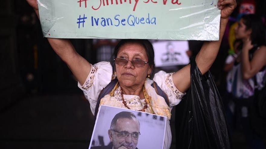 Guatemala se manifiesta contra su presidente en una jornada extraordinaria