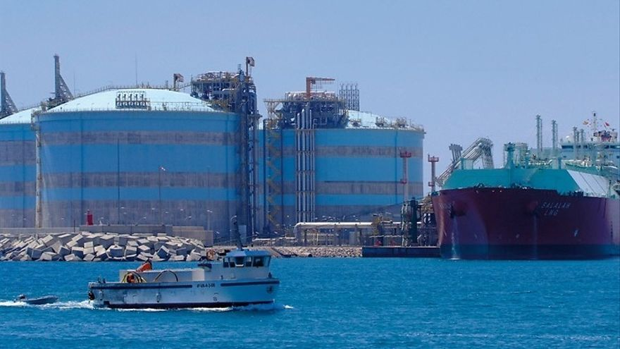 Un barco trabaja en la planta regasificadora de Sagunt.