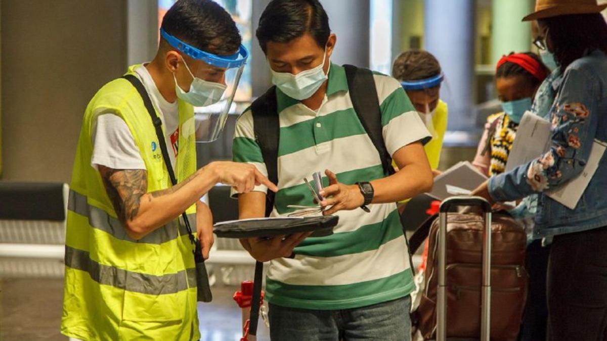 Viajero enseñando su documentación el el aeropuerto de Tenerife Norte