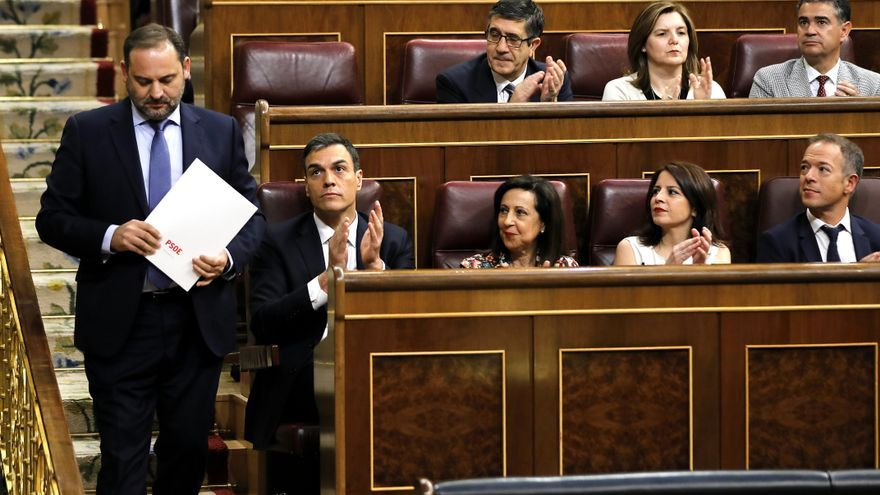 José Luis Ábalos subiendo a la bancada para abrir el debate.
