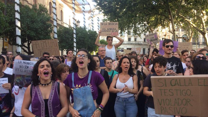 Jóvenes se manifiestan en Sevilla contra la puesta en libertad de los jóvenes de 'la manada'