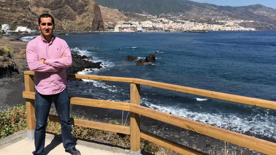Borja Pérez en el acceso a la playa de El Fuerte.