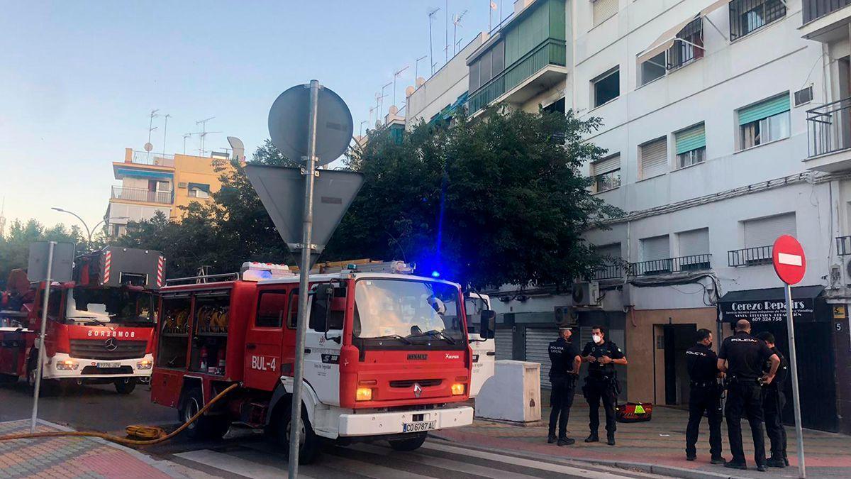 Bomberos y policía en el lugar del incendio.