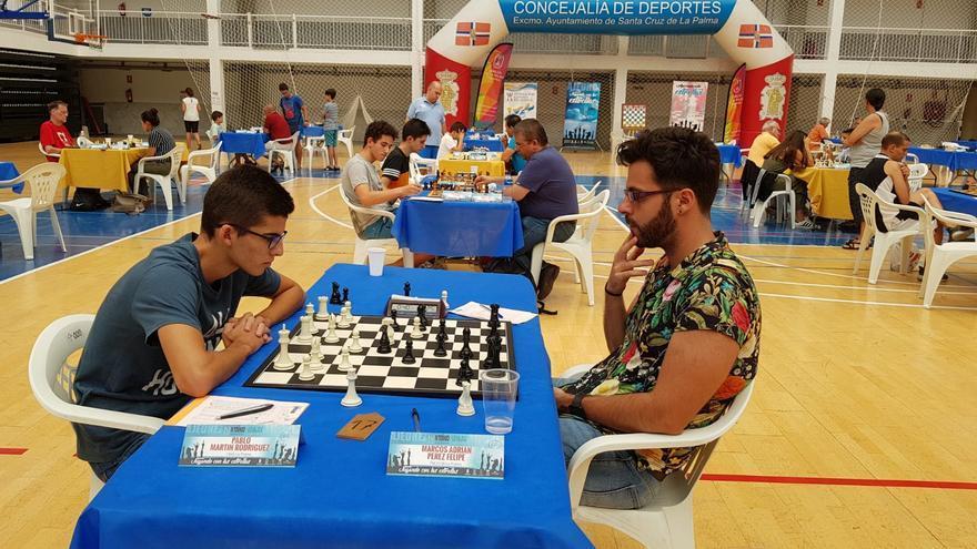 Marcos Adrián Pérez (d), durante un torneo de ajedrez.