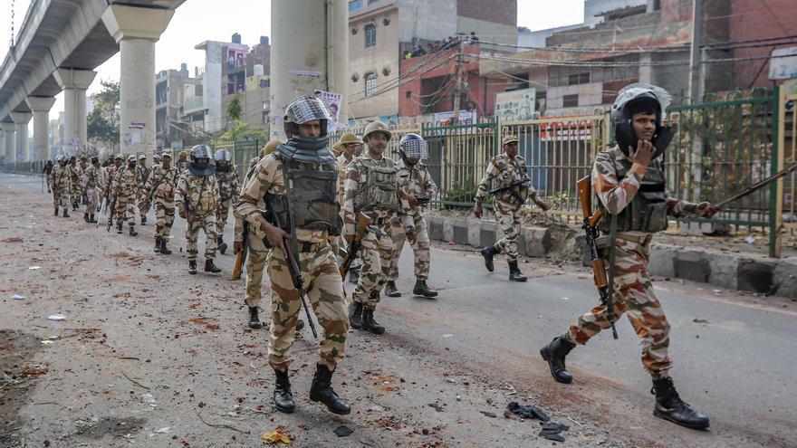 Fuerzas policiales y paramilitares patrullan el área de Maujpur, al noreste de Delhi, durante las protestas por la ley de ciudadanía el pasado 25 de febrero