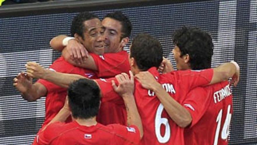 Jean Beausejour celebra, junto a sus compañeros, el 0-1. (REUTERS)