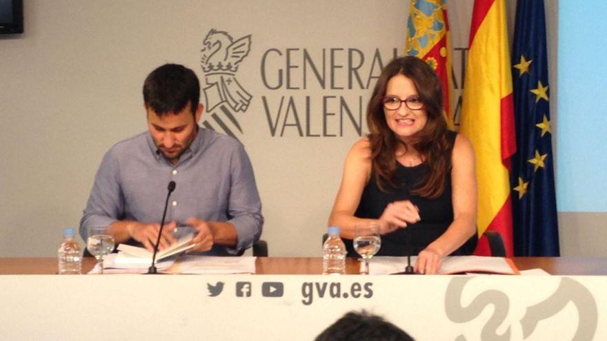 El conseller de Educación, Vicent Marzà, comparece junto a Mónica Oltra para explicar el nuevo decreto de Plurilingüismo