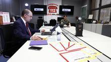 """Lambán, en la videoconferencia con Pedro Sánchez. En primer plano, los diplomas para niños por """"su primera cuarentena"""" que ha promovido el socialista aragonés."""