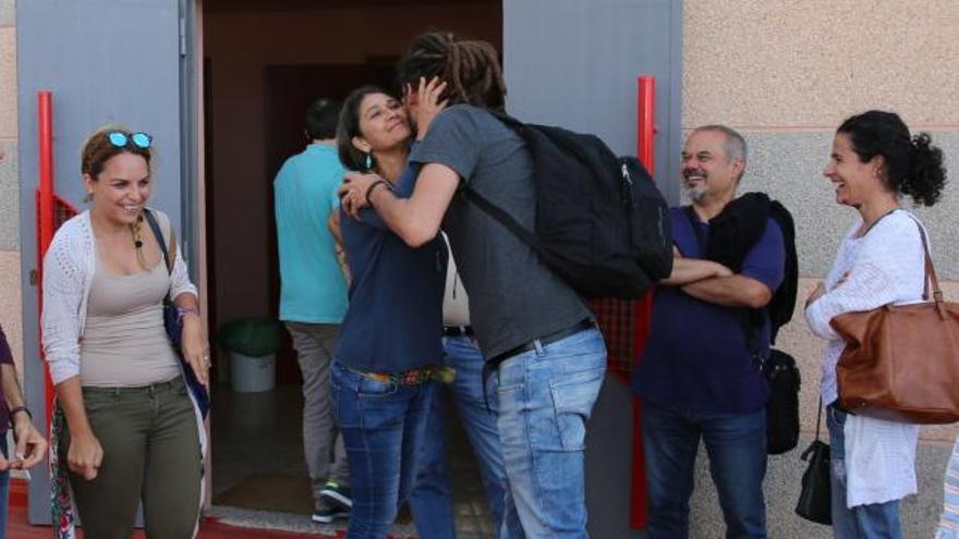 Noemí Santana y Alberto Rodríguez antes de una asamblea de 'Lo mejor está por venir'