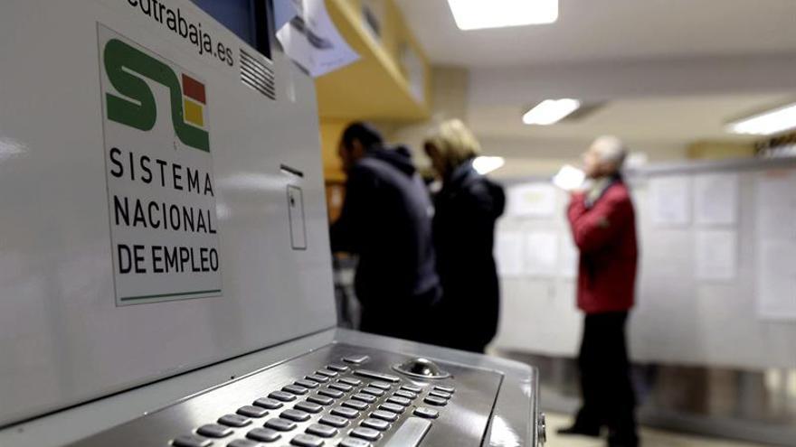 En la imagen, varias personas en una oficina de empleo del Servicio Público de Empleo de Castilla y León.