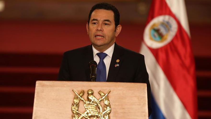 Juzgado prohíbe salir del país al hijo y el hermano del presidente de Guatemala
