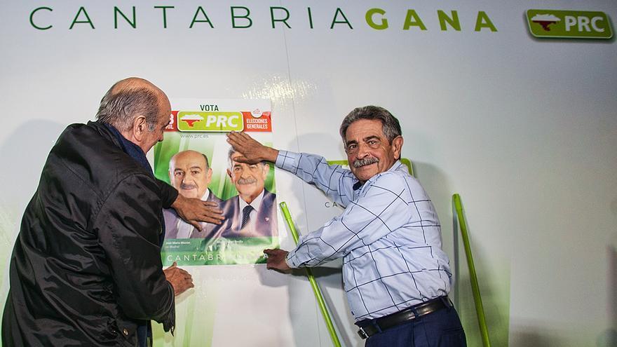 Mazón y Revilla pegando un cartel electoral en la inauguración de la campaña de las generales.