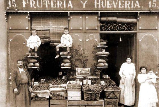 Antiguo establecimiento en la calle hacia 1900