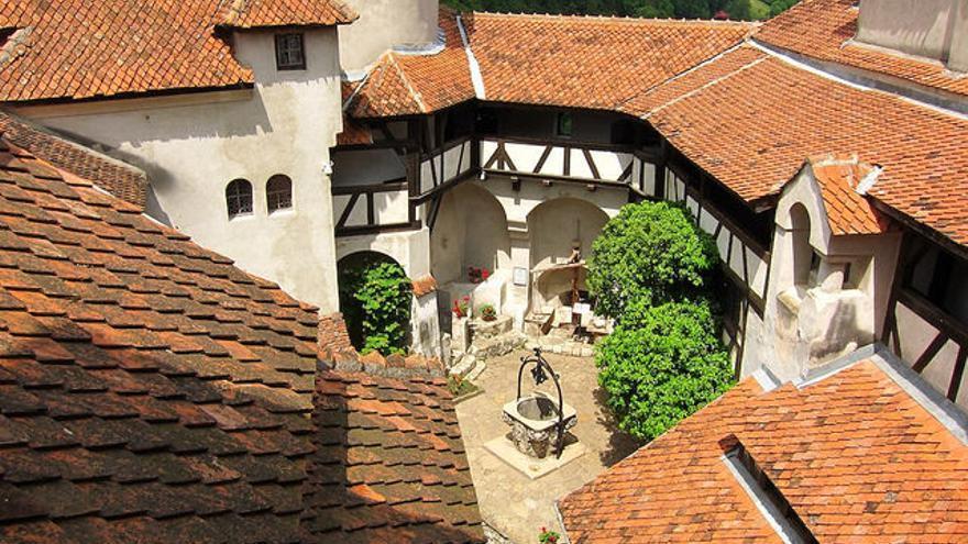 Patio del Castillo de Bran, la 'falsa residencia' de Drácula. Ehud Elia