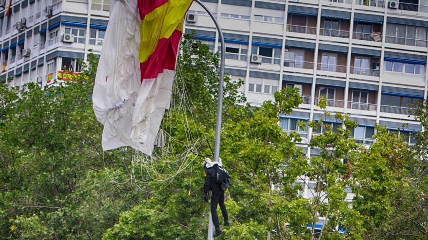 Un paracaidista que descendía con la bandera de España se ha quedado enganchado de una farola en el desfile del Día de la Fiesta Nacional, en Madrid (España) a 12 de octubre de 2019