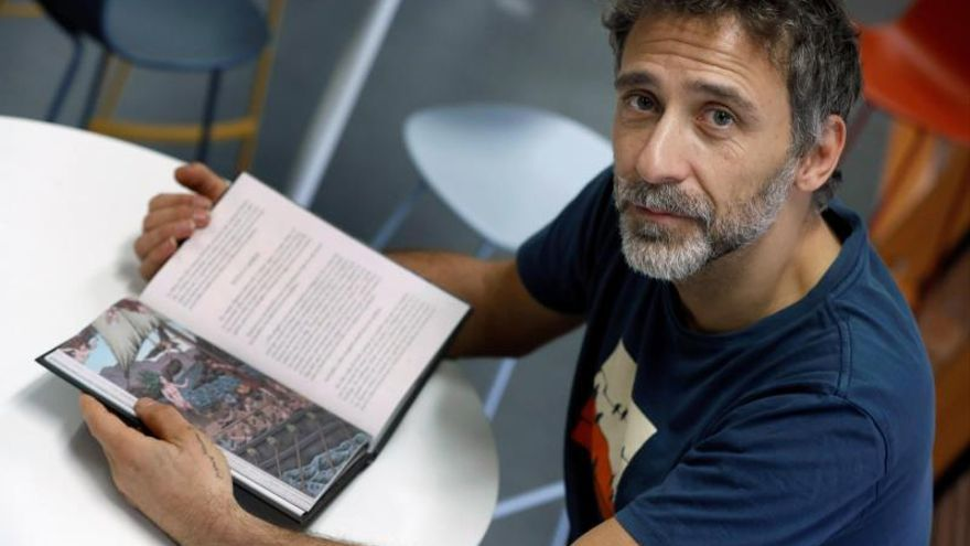 El dibujante Miguel Brieva durante la entrevista.