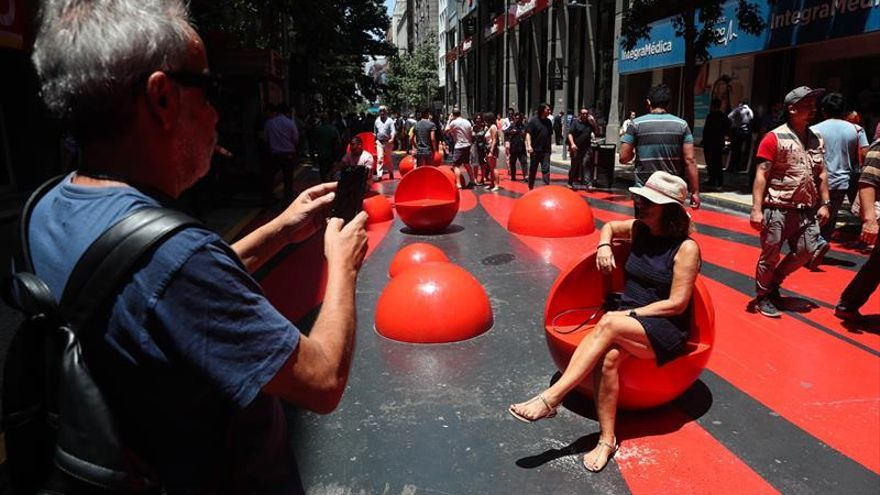 Un derroche de color deleita a los peatones en la mitad del casco histórico de Santiago de Chile
