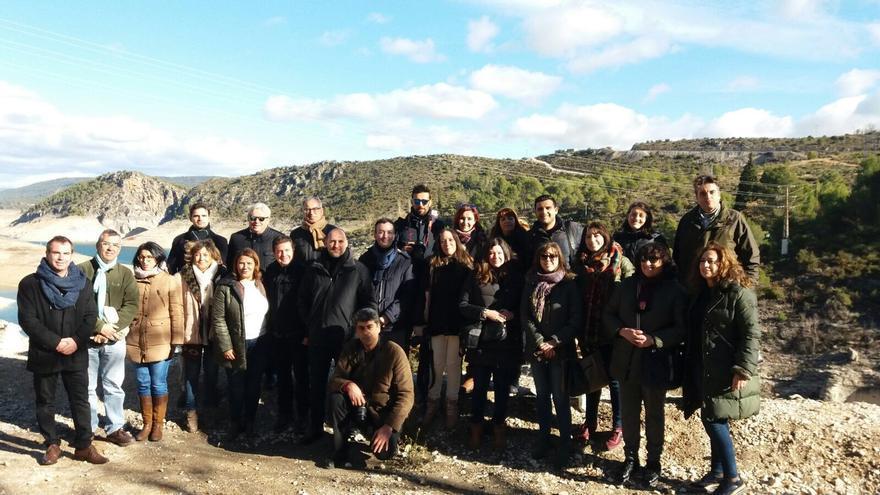 Políticos y periodistas, hoy, en el embalse de Entrepeñas (Guadalajara)