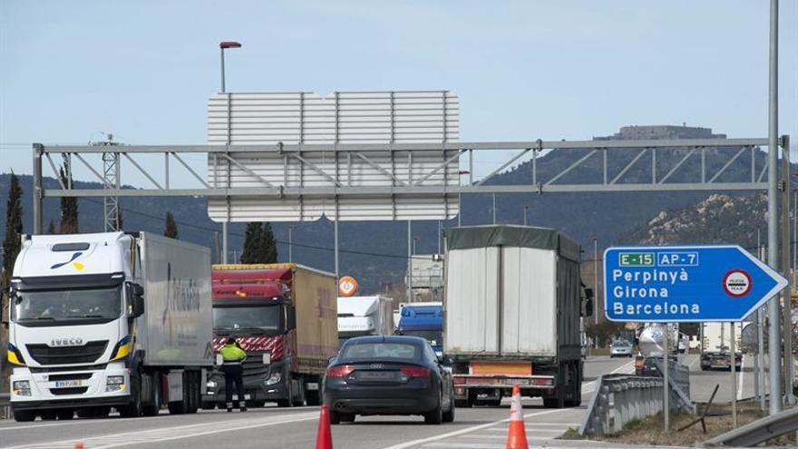 Fallece el conductor de un camión que ha volcado en Girona y cortan la AP-7