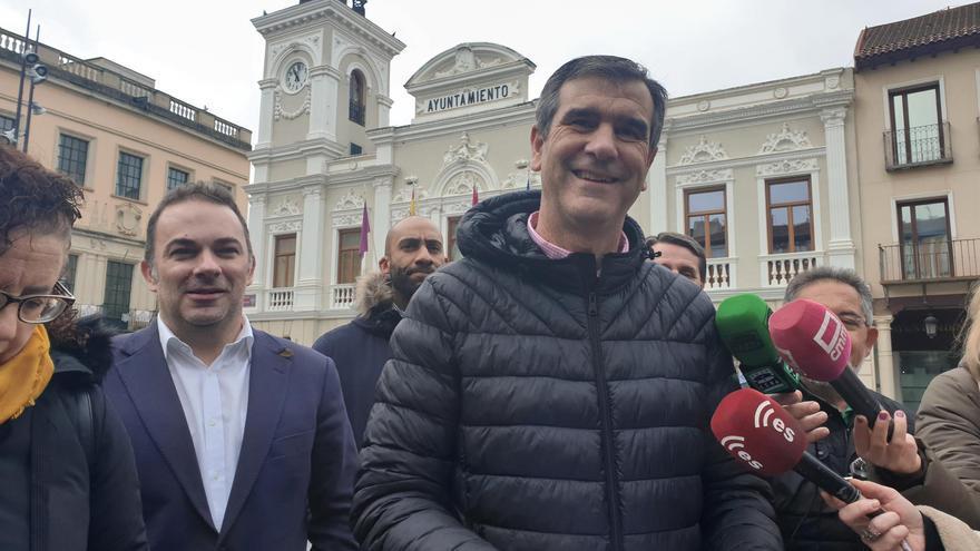 El edil y senador del PP Antonio Román atiende a los medios. FOTO: EUROPA PRESS