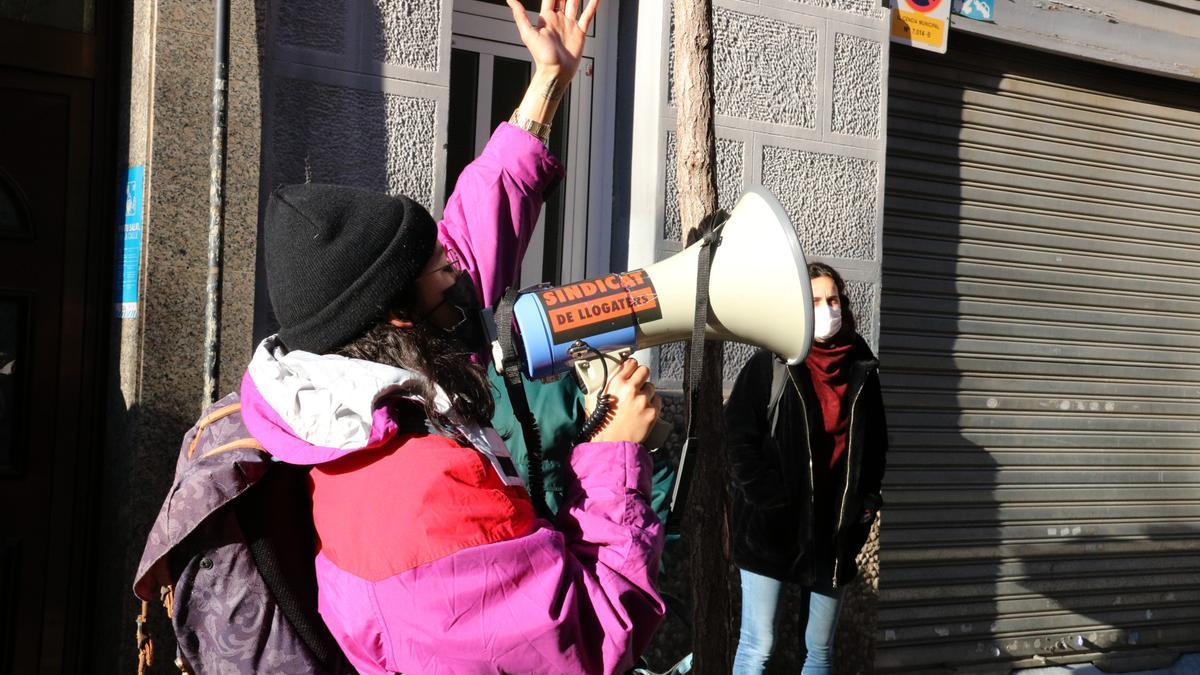 Un activista del Sindicat de Llogateres durante un desahucio en L'Hospitalet, en enero de este año