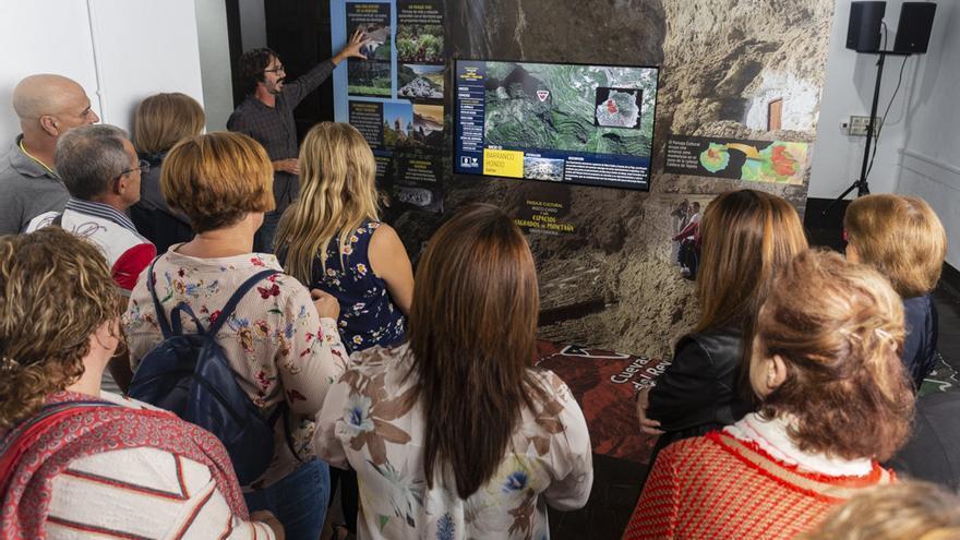 Un arqueólogo del Cabildo de Gran Canaria explican los pormenores de la exposición sobre Risco Caído.