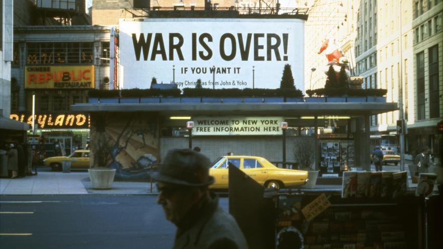 Valla publicitaria instalada en Times Square, en Nueva York, en 1969 por Yoko Ono y John Lennon con el mensaje '¡La guerra ha terminado!' (War Is Over!) / Yoko Ono