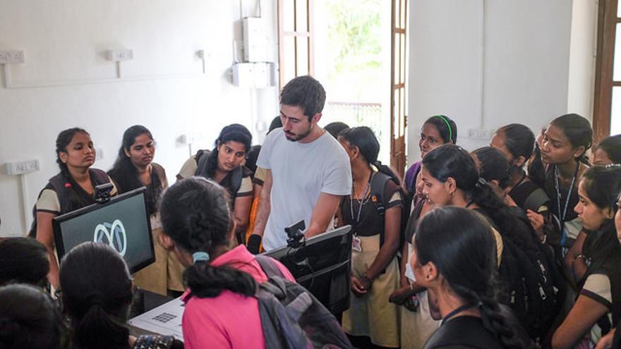 Ishac Bertran explicando la exposición 'Talking' a unas estudiantes en Goa (India)