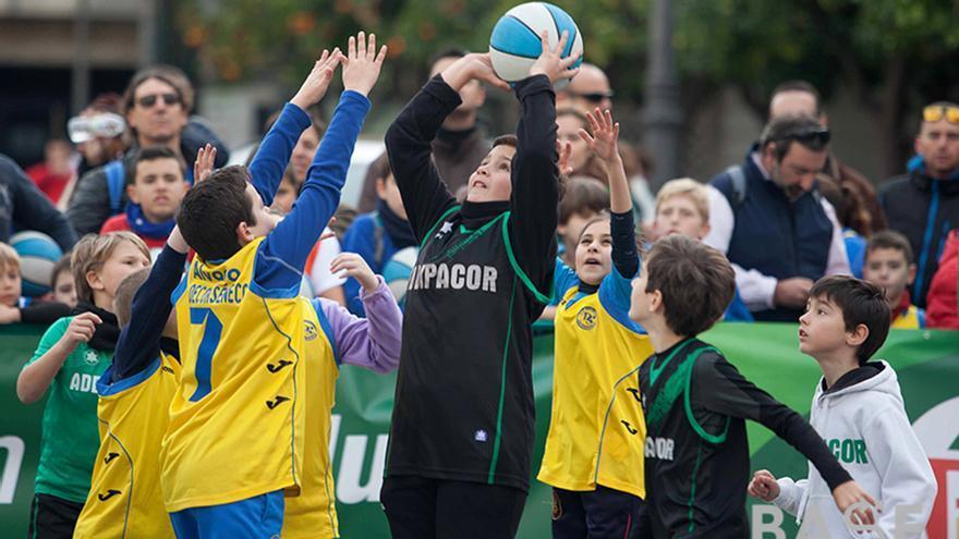 Niños en un torneo de baloncesto al aire libre   TONI BLANCO