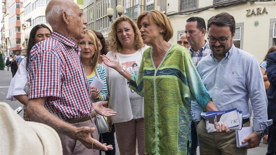 La secretaria general del Partido Popular, María Dolores de Cospedal, charla con un votante durante el recorrido por la calle mayor de Triana, acompañando a los candidatos del PP por la provincia de Las Palmas. EFE/Ángel Medina G.