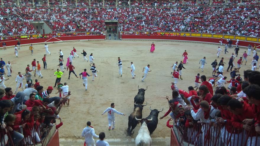 Los toros de Jandilla entran en la plaza de toros en el quinto encierro de las fiestas.