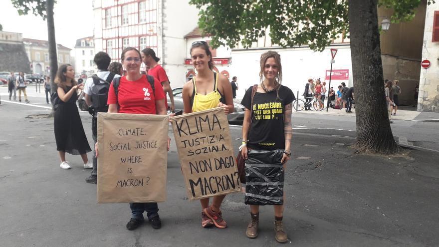 Maël, Anouk y Nahia durante la manifestación pacífica en Baiona
