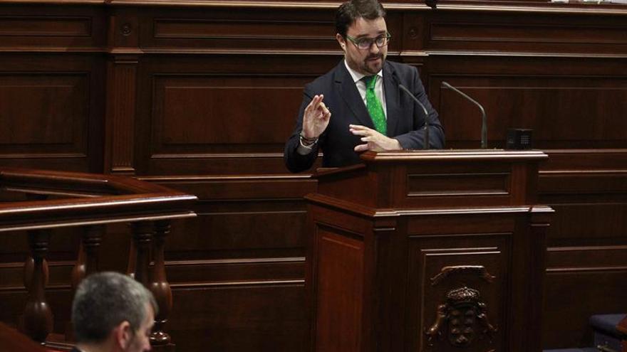 El presidente del grupo Popular, Asier Antona, durante una de sus intervenciones en la sesión plenaria del Parlamento de Canarias donde se debate el presupuesto de la comunidad para 2017.