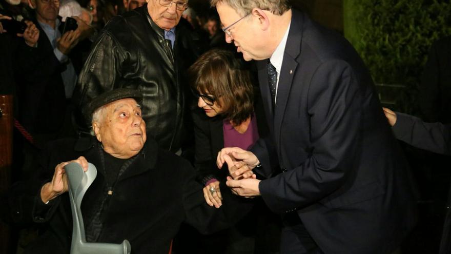 El president Ximo Puig y la vicepresidenta Mónica Oltra saluda a alguno de los homenajeados
