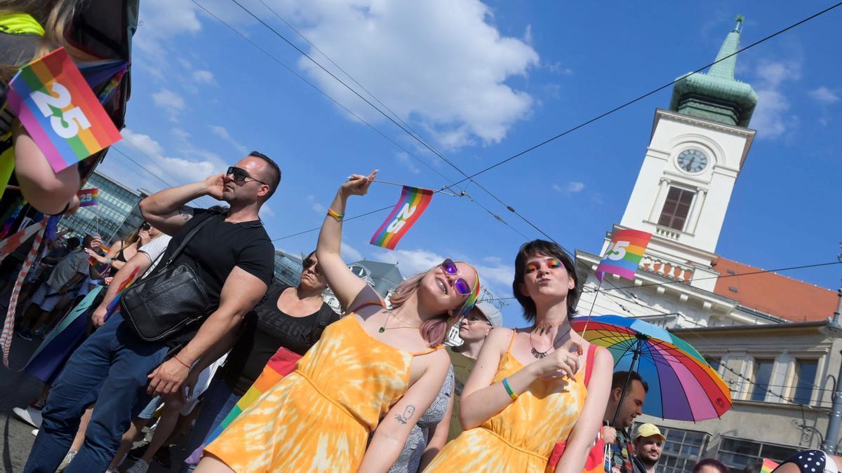 Miles de húngaros se suman en solidaridad a la marcha LGBT+ en Budapest.