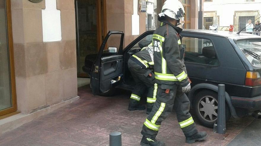 Un vecino de Ampuero empotra el coche contra el Ayuntamiento e intenta prenderlo fuego