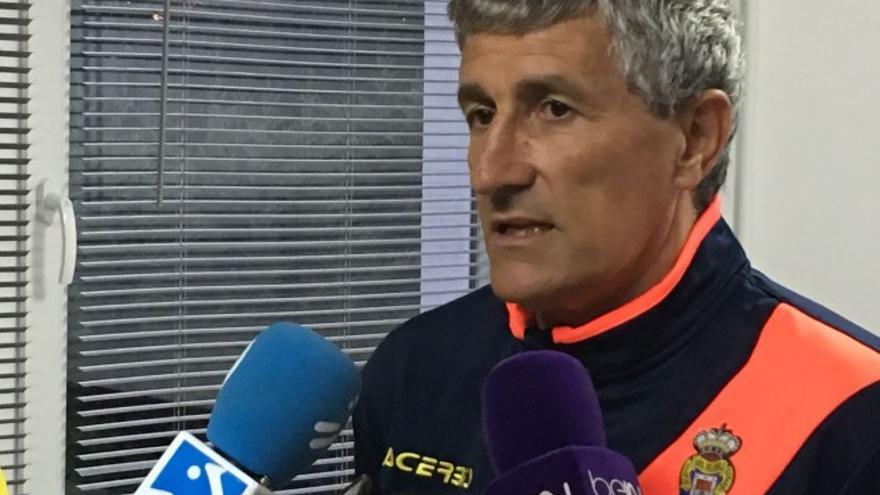 El entrenador de la UD Las Palmas, Quique Setién, atendiendo a los medios de comunicación en San Sebastián.