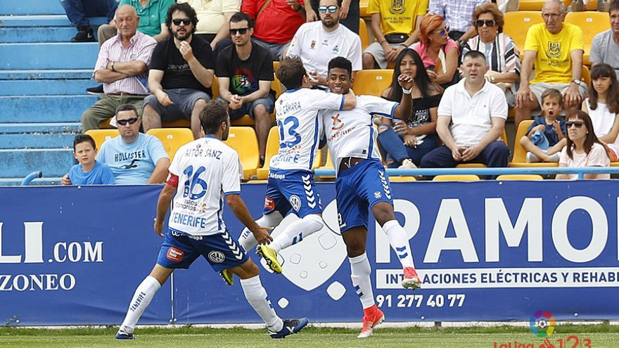 Los jugadores del CD Tenerife celebran el gol anotado de Lozano frente al Alcorcón.