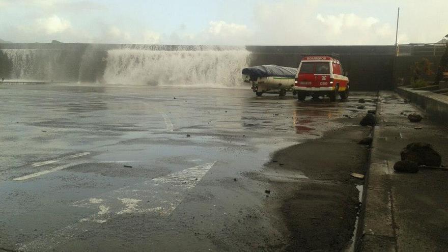 Los bomberos del Parque de Los Sauces han colaborando en la retirada de todos los barcos que estaban en la plataforma de Puerto Espíndola. Foto: BOMBEROS LA PALMA.