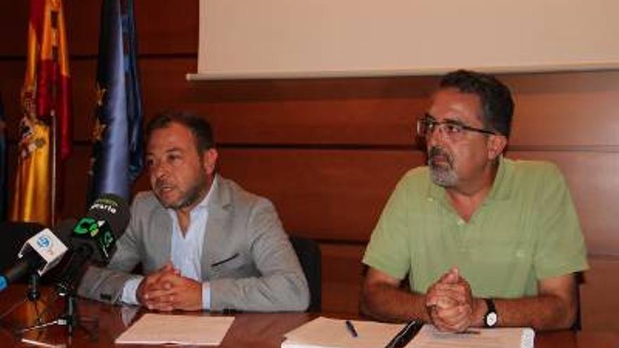 César Martín (i), director de Agricultura del Gobierno de Canarias, en la rueda de prensa.