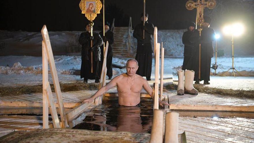 Putin se baña en aguas heladas para celebrar la Epifanía ortodoxa