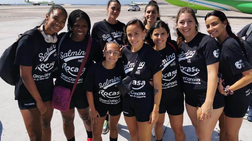 Las jugadoras del Rocasa, a su llegada a Lanzarote