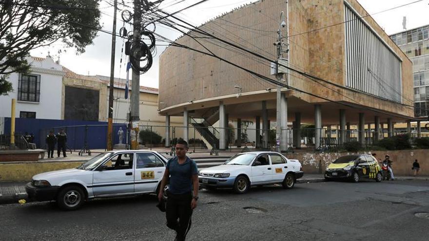 El Parlamento de Honduras aprobó la víspera una ampliación de 45 días de la vacatio legis (en suspenso por vacación de la ley) del Código Penal, que entraría hoy en vigor, por lo que la normativa será ley hasta el 30 de junio próximo. En la imagen un registro de la sede del Parlamento hondureño, en Tegucigalpa (Honduras).