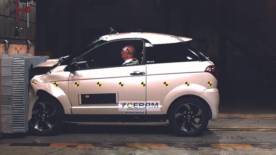 Un coche sin carnet Aixam, sometido a los 'crash test' delanteros, laterales y traseros.