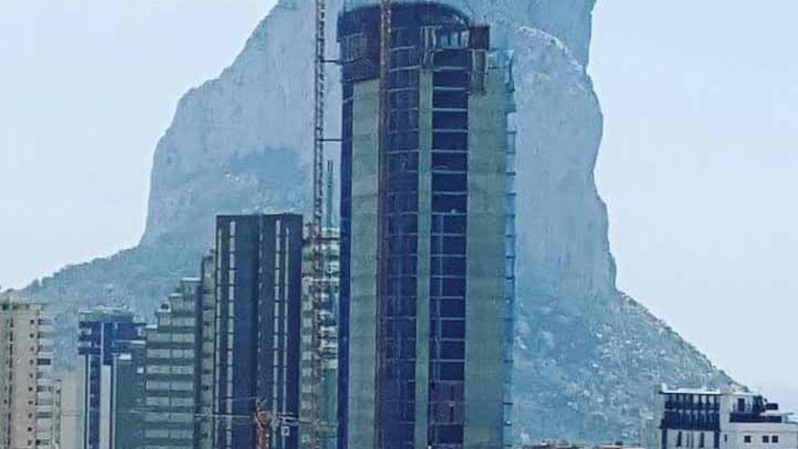 Un edificio en construcción en Calp con el peñón de Ifach al fondo